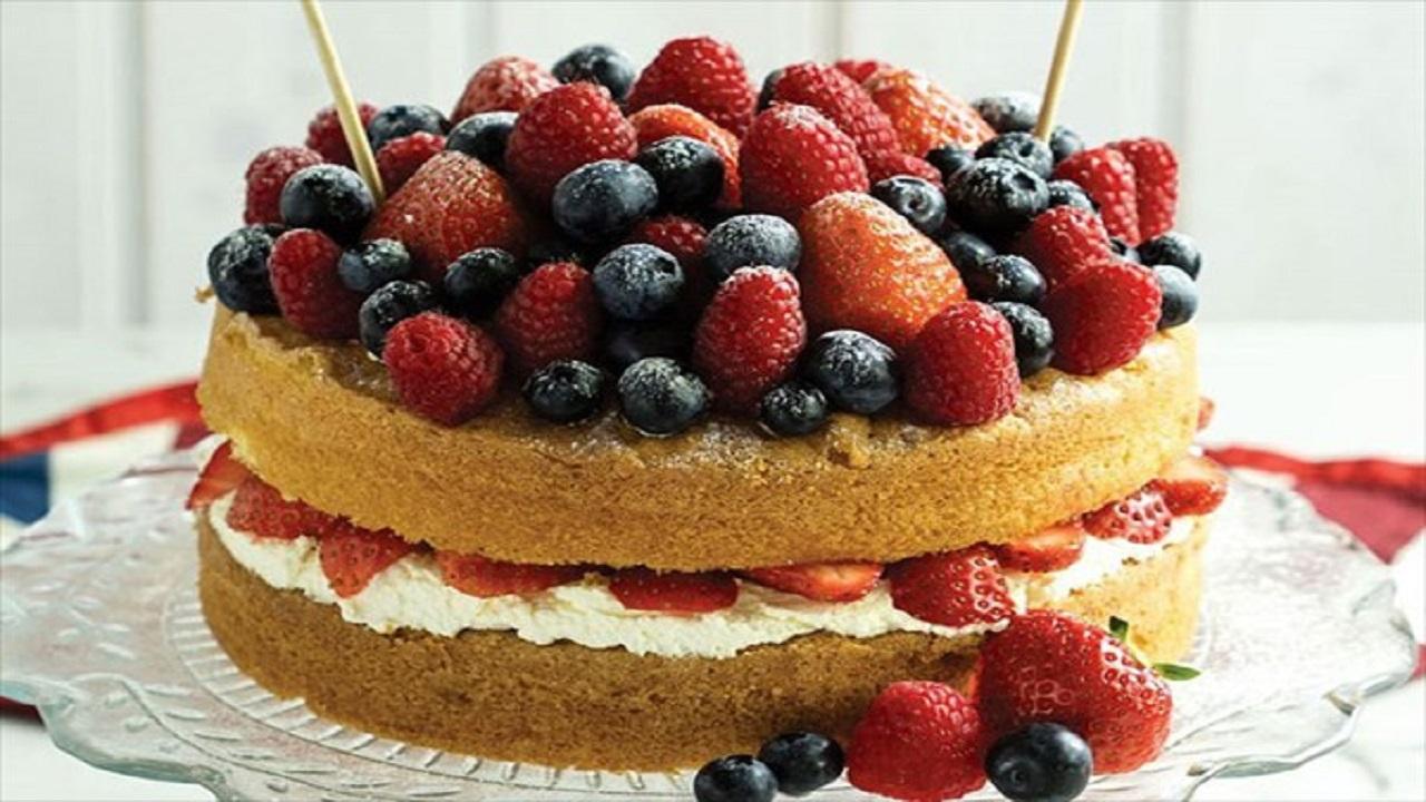 چگونه کیک میوههای تابستانی به روش آسان تهیه کنیم؟