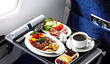 چرا طعم غذا در هواپیما تغییر می کند؟/ علت تمایل مسافران هوایی به نوشیدن آب گوجه فرنگی!