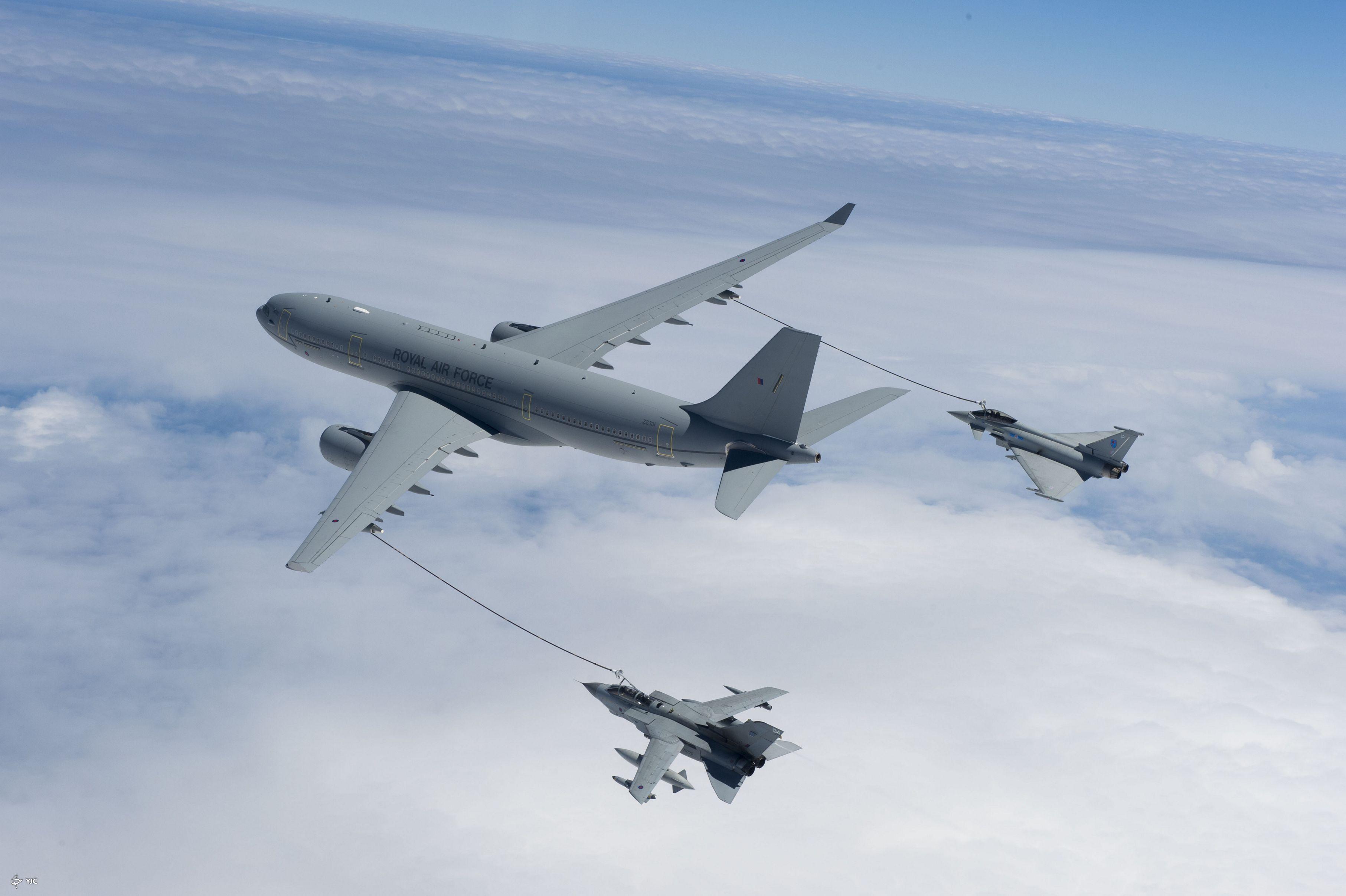 پمپ بنزین هوایی؛ سوختگیری هواپیما در حال پرواز