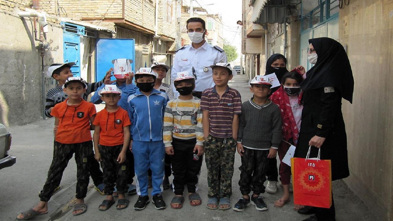 توزیع بستههای فرهنگی و آموزشی در حاشیه شهر مشهد
