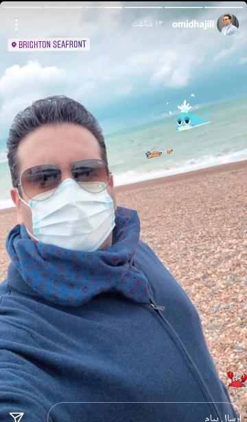 امید حاجیلی با ماسک در کنار دریا