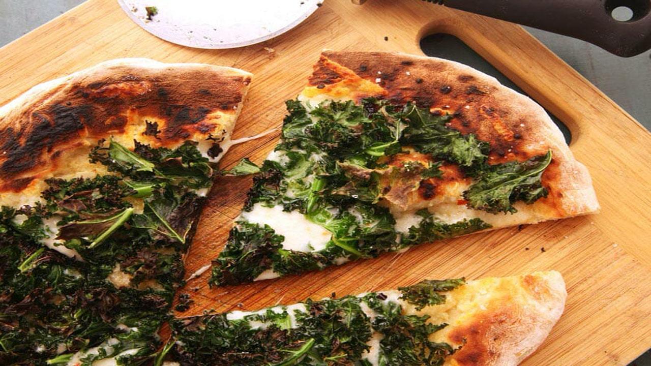 طرز تهیه پیتزا گیاهی کلم پیچ با انواع پنیر