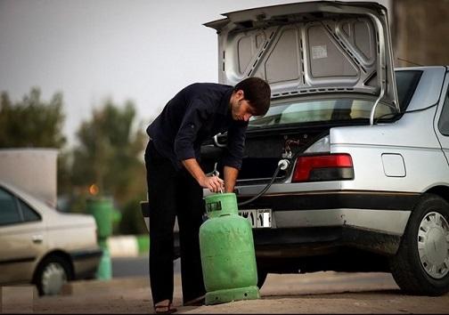 پسری جوان در حال استفاده از گاز مایع برای خودرو