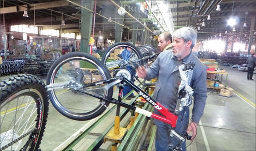 بزرگترین کارخانه دوچرخهسازی خاورمیانه پا در رکاب تولید گذاشت/جرقههای امید و دستان تلاشگر، کار و فعالیت را به این کارخانه برگرداند