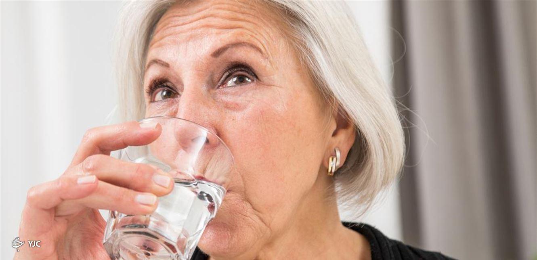 ۵ شیوه مؤثر برای رفع غذایی که در گلو گیر یا نای شما کرده است