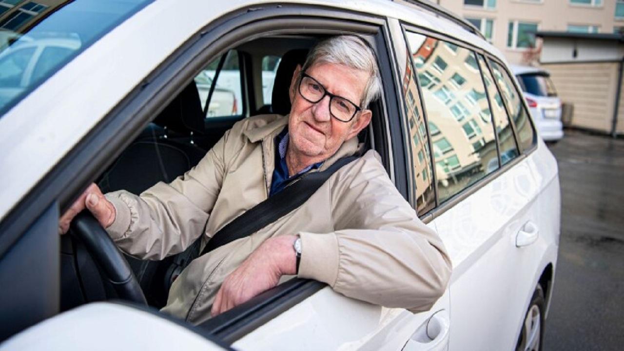 جایزهای که پای پیرمرد را به کلاسهای آموزش رانندگی باز کرد