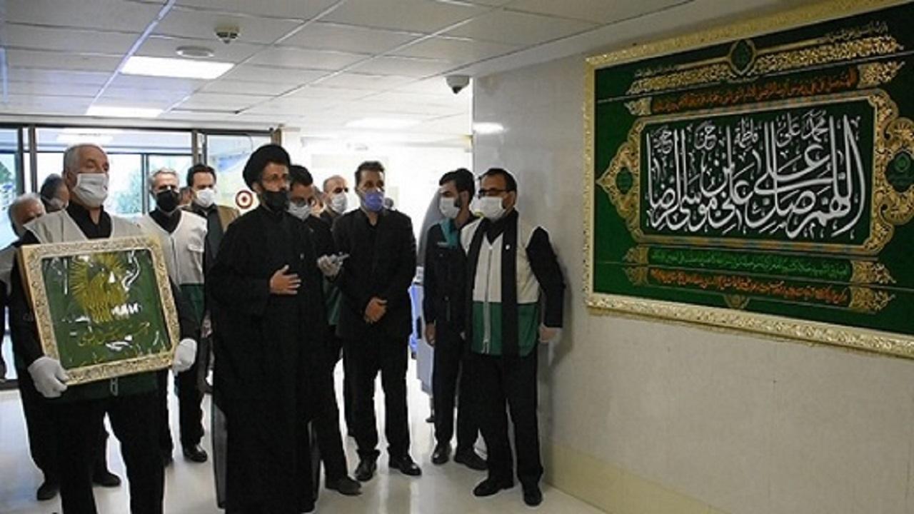 پرچم متبرک رضوی به مراکز درمانی قم اهدا شد