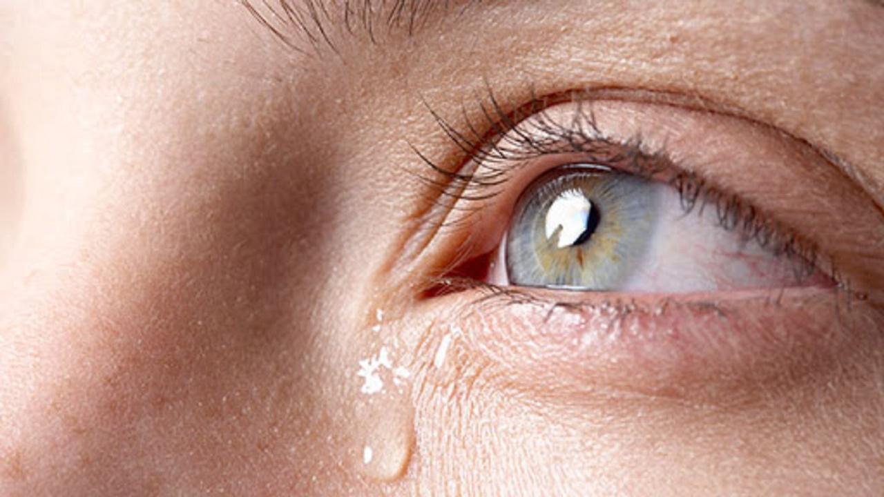 چگونه اشک خود را زمانی که احساسی میشویم، کنترل کنیم؟