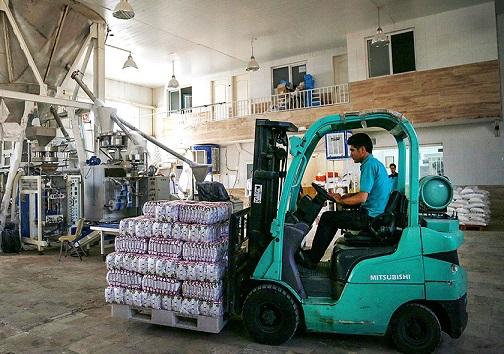 مرحله بسته بندی نمک دریا در کارخانه