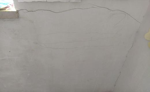 ترک خوردن دیوار کلاس درس مدرسه ابتدایی اوچران در اثر زلزله