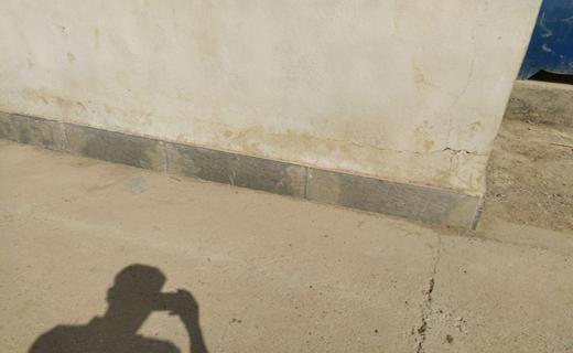 ترک خوردن دیوار مدرسه ابتدایی اوچران در اثر زلزله