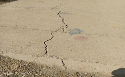 ترک خوردن حیاط مدرسه ابتدایی اوچران در اثر زلزله