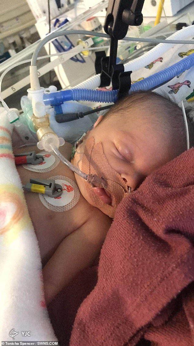 نجات معجزه آسای نوزاد 17 روزه انگلیسی که دچار سه ایست قلبی شد+ تصاویر