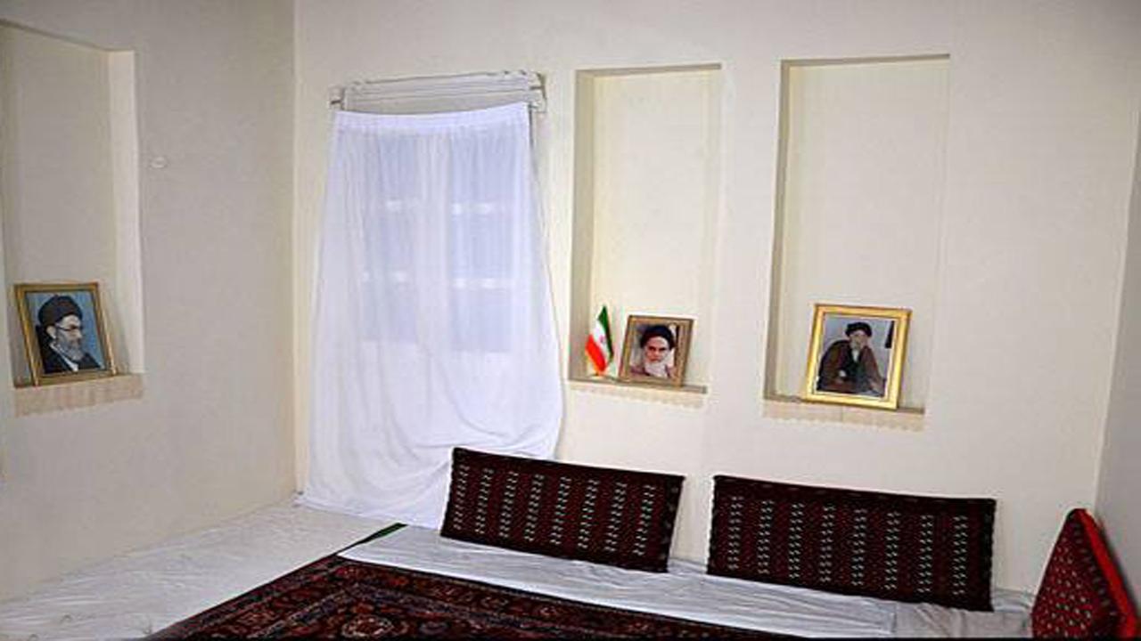 عکس شهید ۱۳ سالهای که بر دیوار اتاق مقام معظم رهبری نصب است