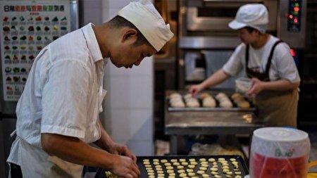 نانوایی که همه کارکنانش ناشنوا هستند
