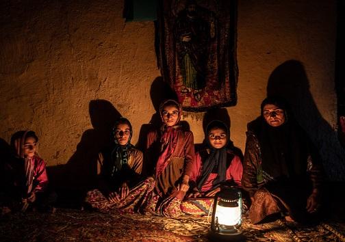 زندگی در تاریکی/ نور ماه تنها چراغ شبهای سیاه روستائیان ساکن زادگاه نفت