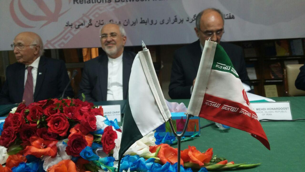 ظریف هنوز پایش به تهران نرسیده به اسلام اباد می رود/