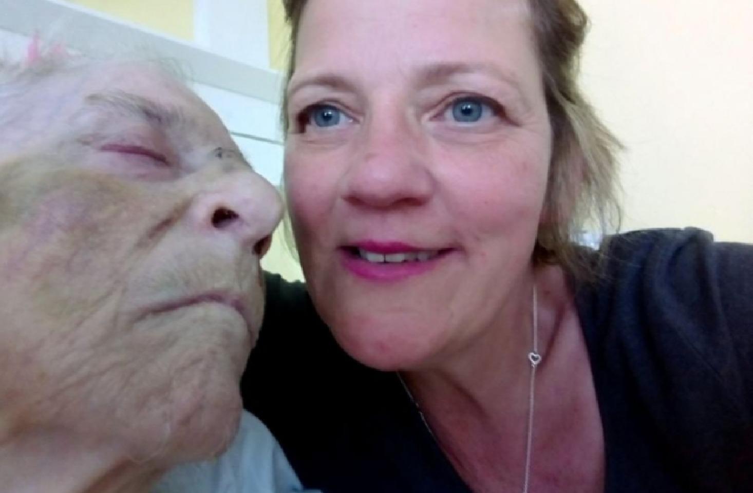 پیر زن و دخترش