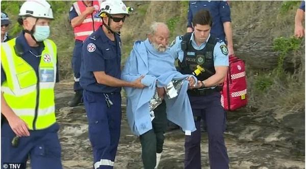 یک پیرمرد استرالیایی هنگام پرش با چتر دچار حادثه شد