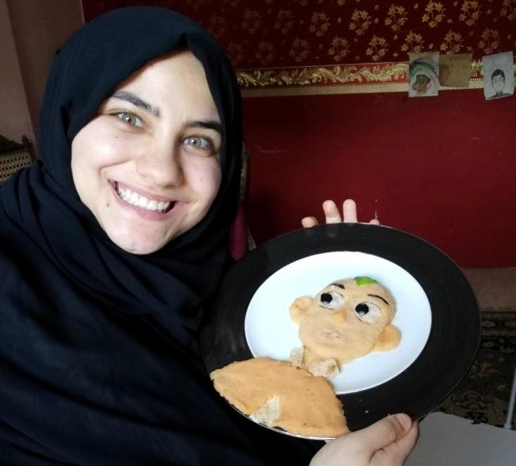 دختری که با نقاشی کودکان را از کرونا دور میکند + تصاویر