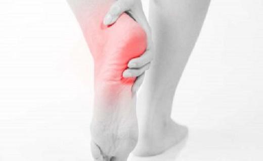 علایم و عوارض درد پاشنه پا/ چه زمانی باید به پزشک مراجعه کرد؟