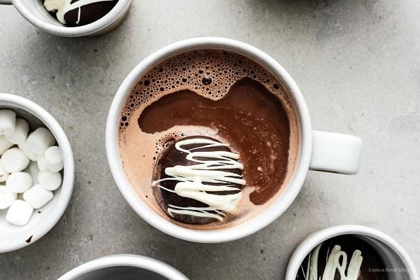 طرز تهیه بمب شکلات داغ؛ نوشیدنی خوشمزه و هیجان انگیز