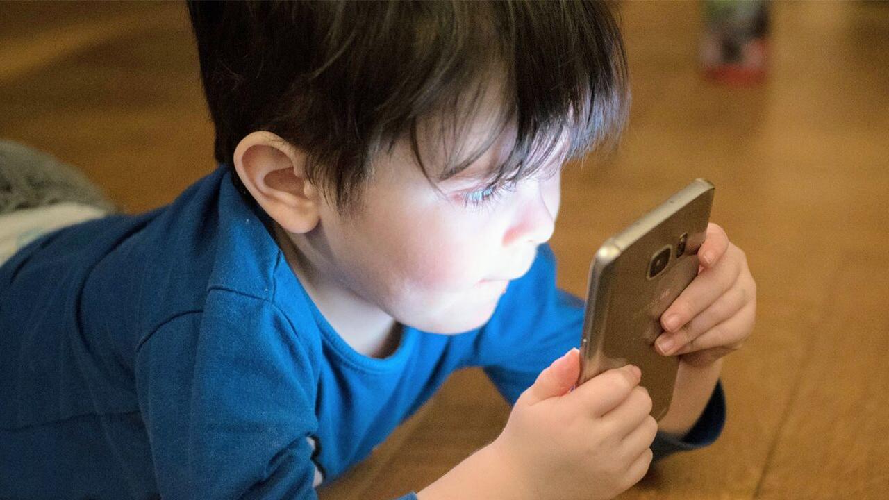 واکنش جالب کودک به صدای زنگ ناگهانی موبایل