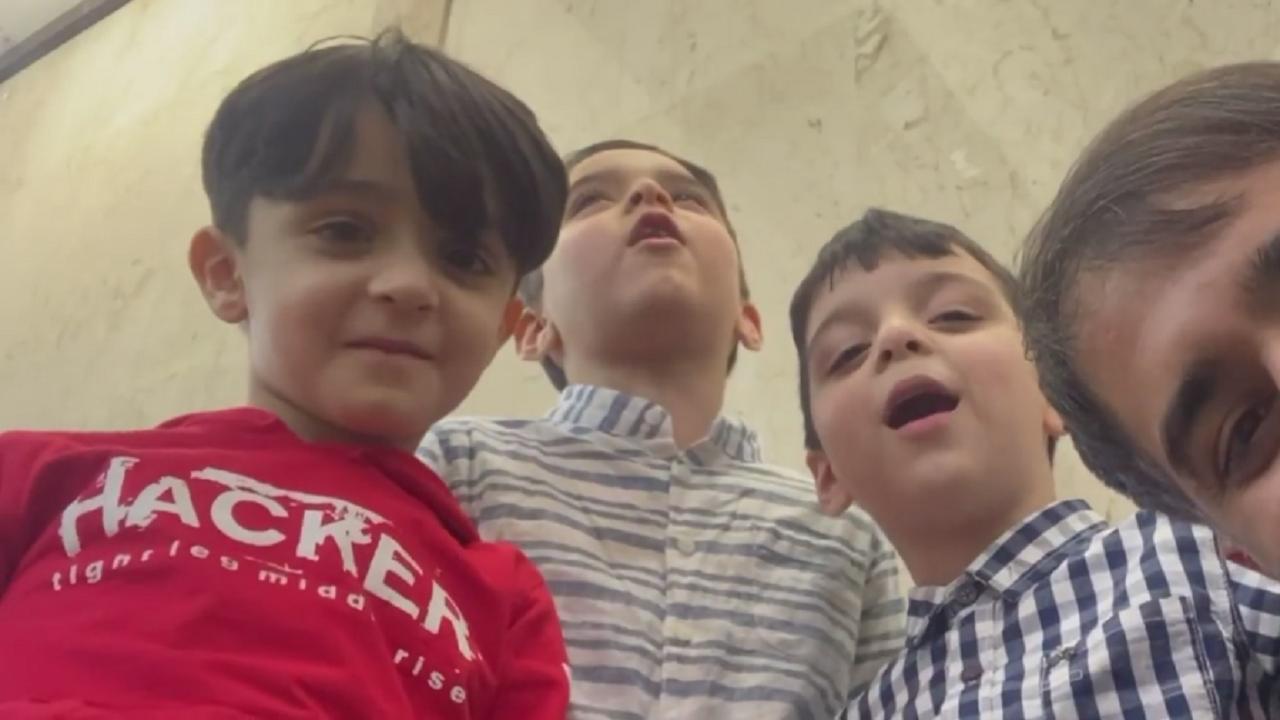 همخوانی شنیدنی سه کودک خردسال با همراهی محمد حسین پویانفر