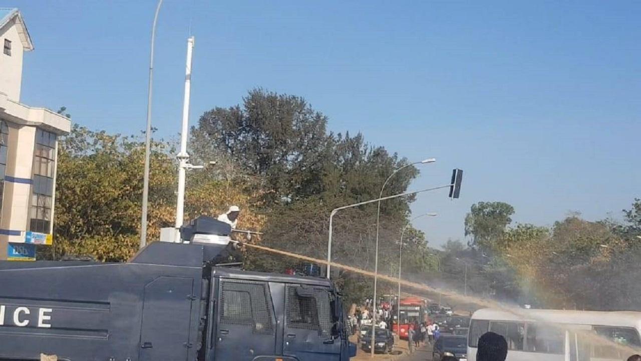 13030920 913 » مجله اینترنتی کوشا » تظاهرات حامیان شیخ زکزاکی در نیجریه/حمله پلیس به معترضان+تصاویر 1