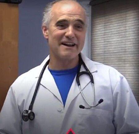پزشکی ۵۸ ساله با آمادگی بدنی فوقالعاده خود همه را متعجب کرد!