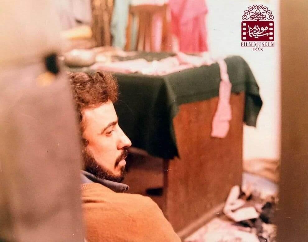 عکسی دیده نشده از علی حاتمی در پشت صحنه یک فیلم