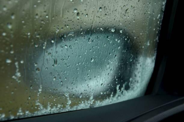 بهترین روش برای پاک کردن بخار شیشه خودرو