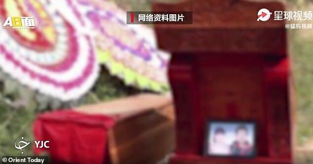 رسم عجیب ازدواج دو زن و مرد متوفا در چین!