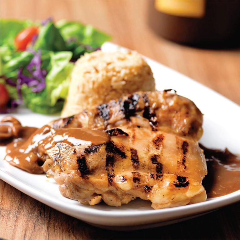 ۲ طرز تهیه استیک مرغ رستورانی و رژیمی با سس قارچ