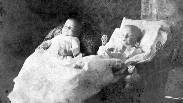 عکس یادگاری با مردگان! + تصاویر