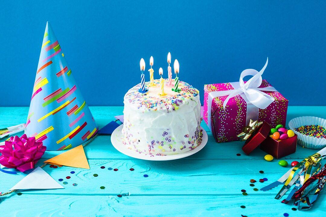 طرز تهیه کیک تولد خامهای شیک و مجلسی در ۵ مرحله ساده