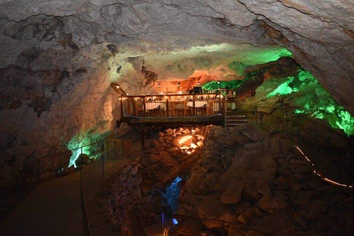 تبدیل غاری ۶۵ میلیون ساله به رستورانی زیبا + عکس