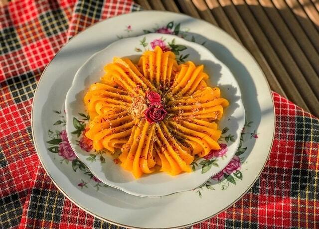 ۲ طرز تهیه حلوا زعفرانی و ساده با آرد گندم برای افطار