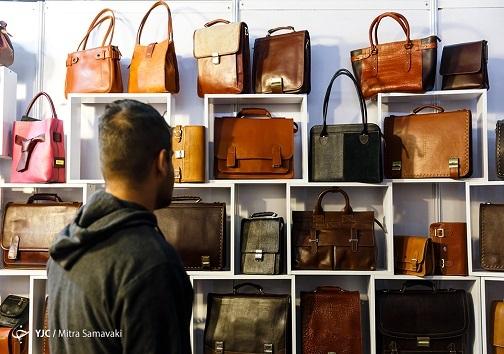 کیف چرم در یک نمایشگاه
