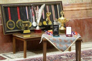 اهدای کاپ و مدالهای حسین رضازاده به موزه آستان قدس رضوی