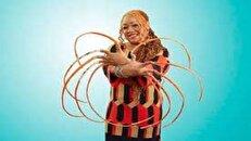 زن آمریکایی پس از ۳۰ سال ناخنهای ۶۱ سانتی خود را کوتاه کرد + عکس