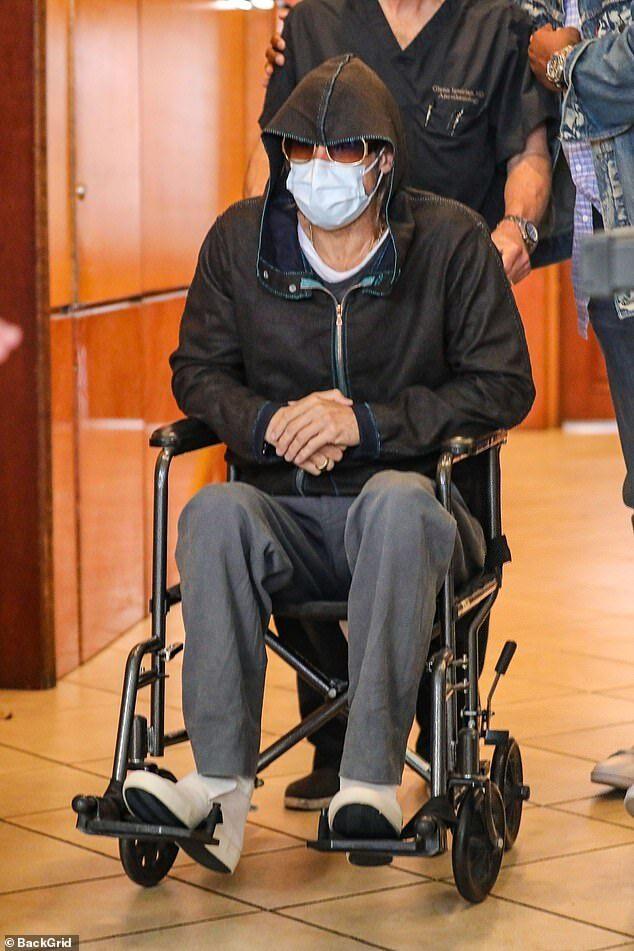 برد پیت روی ویلچر بعد از کشیدن دندان عقل + عکس