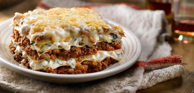 ۲ طرز تهیه لازانیا یونانی و ایتالیایی با گوشت چرخ کرده و نکته خشک نشدن لازانیا