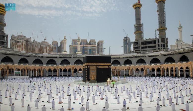اقامه نخستین نماز جمعه ماه رمضان در اطراف خانه کعبه