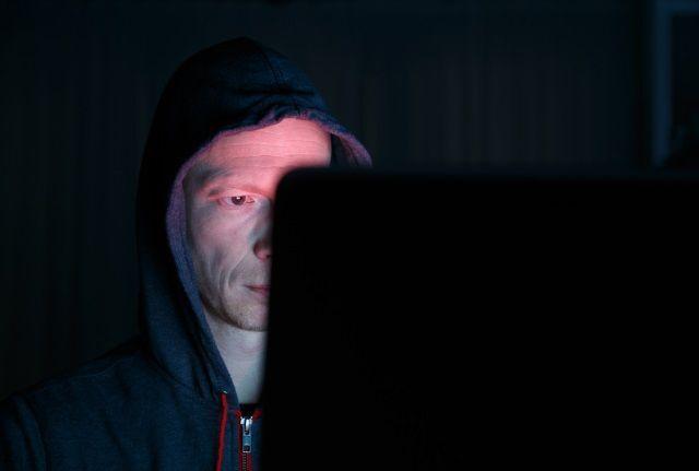 آیا باید بر روی وب کم لپ تاپ خود چسب بزنید؟