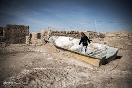 پس از خشک شدن دریاچه هامون، بسیاری از مردم که با ماهیگیری و مشاغل وابسته به آن امرار معاش میکردند از کار بیکار شده و مجبور شدند به شهرهای اطراف مهاجرت کنند.