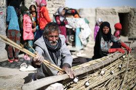 بعضی از روستاییان در قبال درآمدی بسیار ناچیز به مشاغل سختی همچون حصیربافی روی آورده اند و از این طریق امرار معاش میکنند.