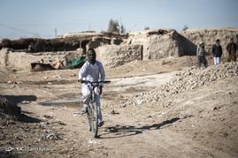 کودکان در این منطقه از امکانات رفاهی مناسبی برخوردار نیستند و در معرض بیماریهای بسیاری قرار دارند. بیکاری مشکل اصلی جوانان این منطقه است.