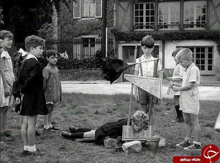 کودکان در حال بازی با گیوتین اسباب بازی