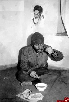 عکس دیده نشده از شهید محمد ابراهیم همت درحال صرف غذا دریکی از سنگرهای لشکر ۲۷ محمدرسول الله(ص)
